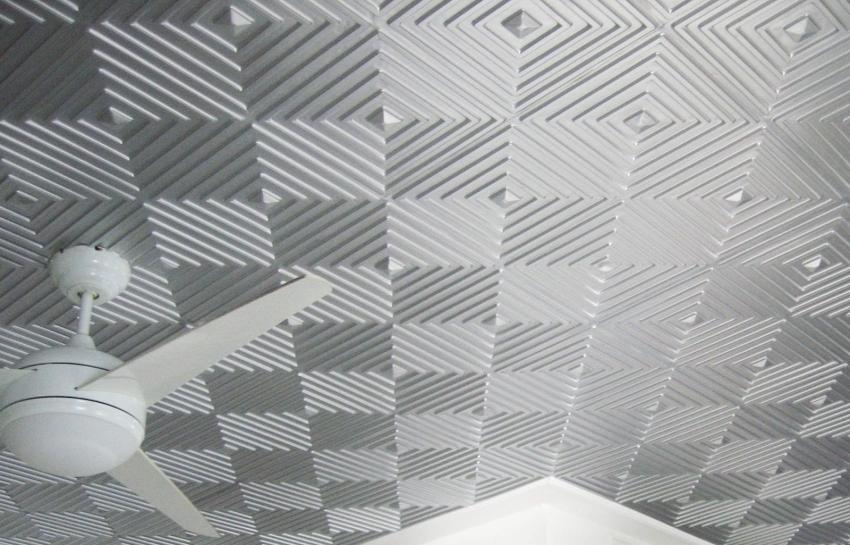 Для ровной отделки потолка плиткой в виде ромбов или шахматной доски, следует поделить потолок на части и дополнительно их разметить