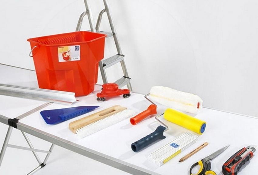 Зачастую, клей для потолочной плитки очень быстро сохнет, поэтому лучше заранее подготовить все необходимые инструменты