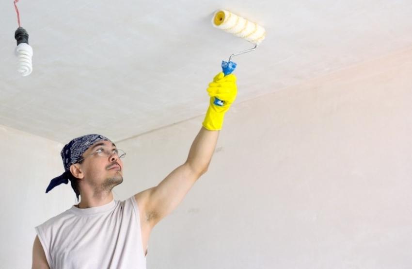 Для лучшего сцепления плитки с поверхностью, потолок следует предварительно прогрунтовать