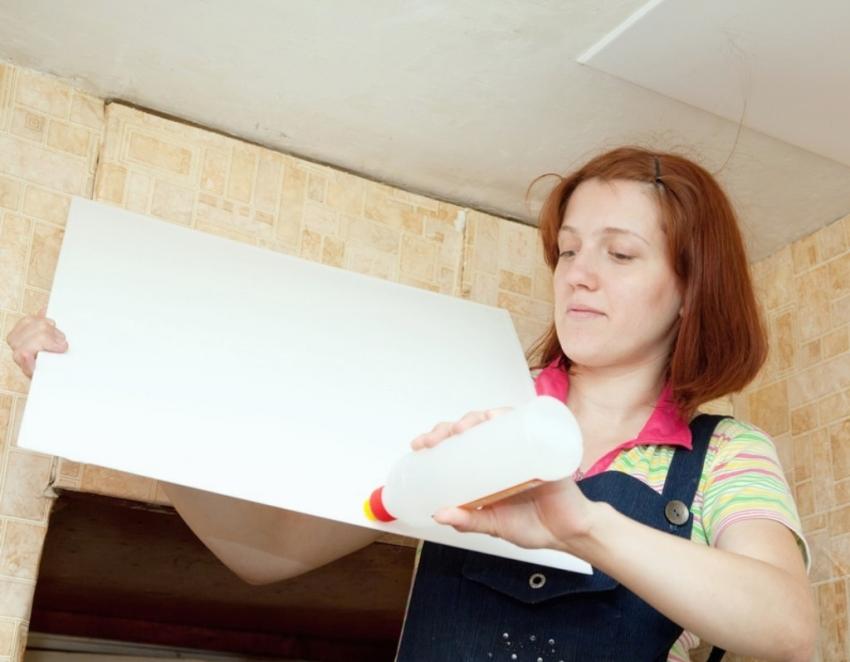 Самым популярным способом поклейки потолочной плитки является клей «жидкие гвозди»
