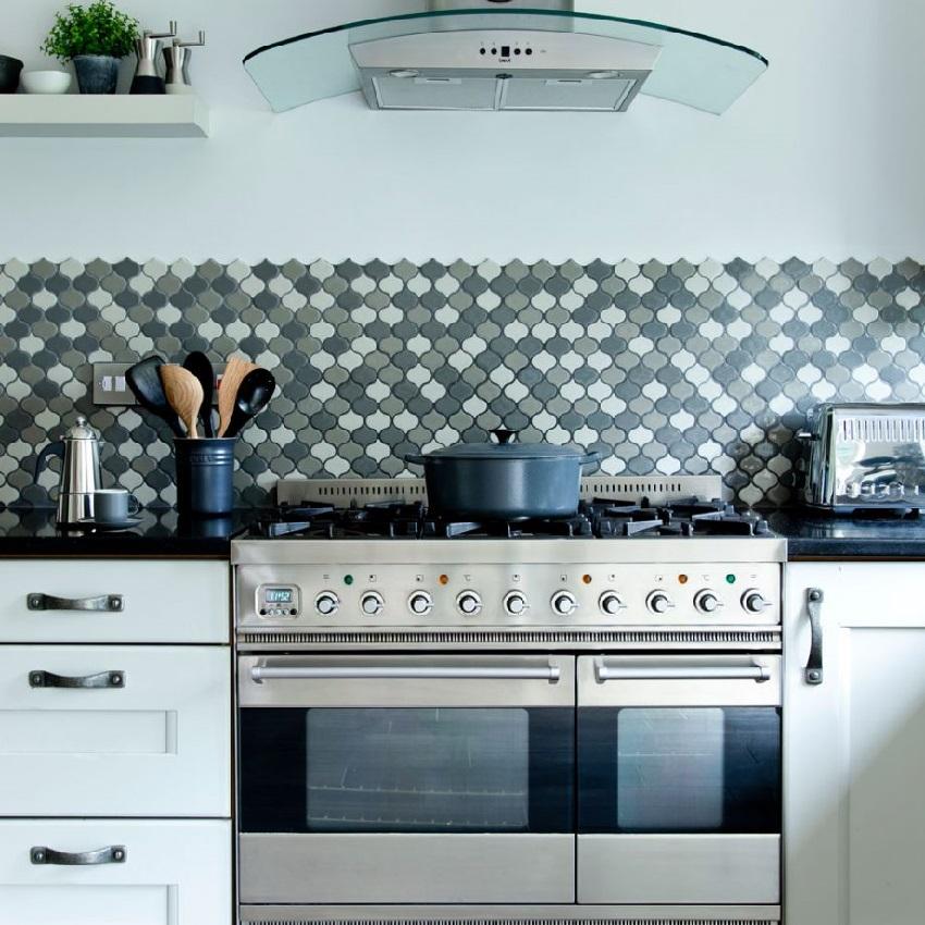 Мелкая плитка оригинальной формы в интерьере кухни