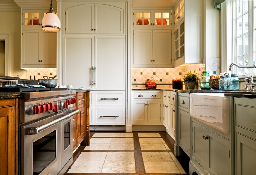 Для пола на кухне следует выбирать не скользкую плитку