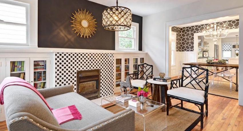 При оформлении гостиной можно использовать несколько видов обоев с разной декоративной составляющей