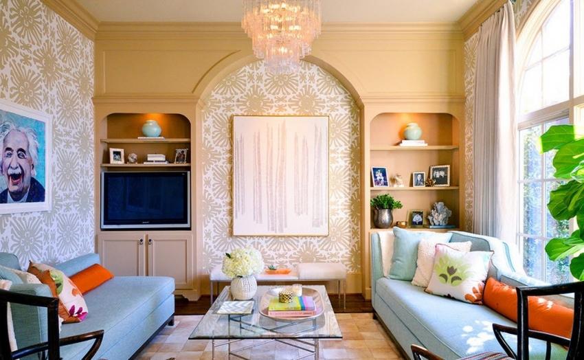 С помощью обоев, можно выгодно подчеркнуть особенности комнаты - выделить арки окна или проемы
