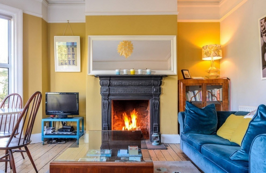 В случае использования нескольких видов обоев при оформлении гостиной, важно учитывать цветовое сочетание стен с мебелью