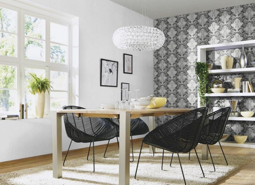 Если гостиная комната находится на солнечной стороне, для ее оформления можно использовать комбинацию черных и белых обоев