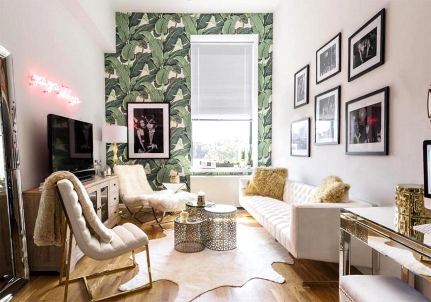 Обои с флористическим рисунком могут выгодно подчеркнуть оконный проем в гостиной комнате