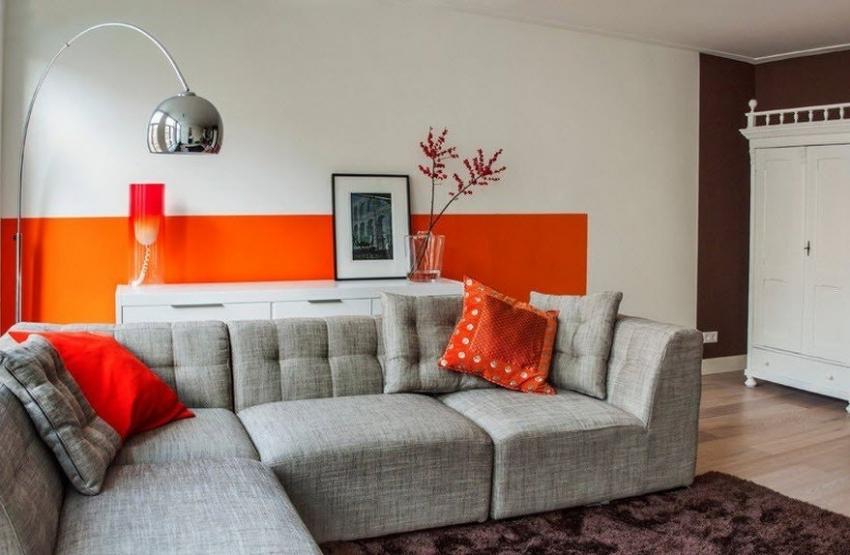 Если гостиная расположена с северной стороны дома, лучше использовать обои ярких, теплых оттенков