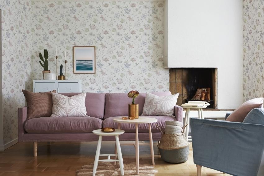 Подчеркнуть особенности планировки гостиной можно, используя обои двух видов