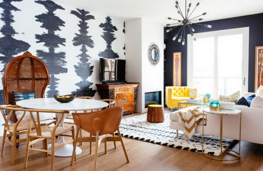 Черно-белые обои красиво сочетаются с мебелью из натурального дерева