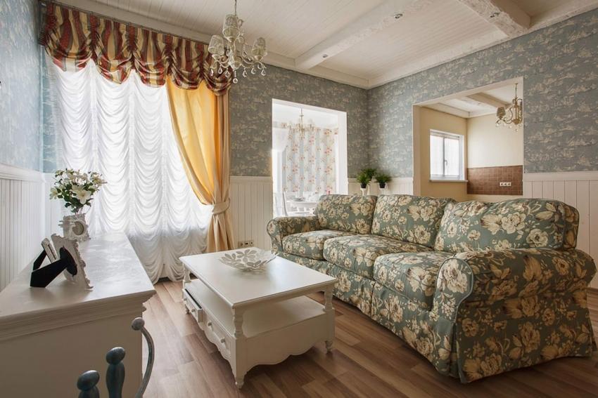 Горизонтальное разделение комнаты обоями является стандартным приемом при оформлении гостиной в классическом стиле