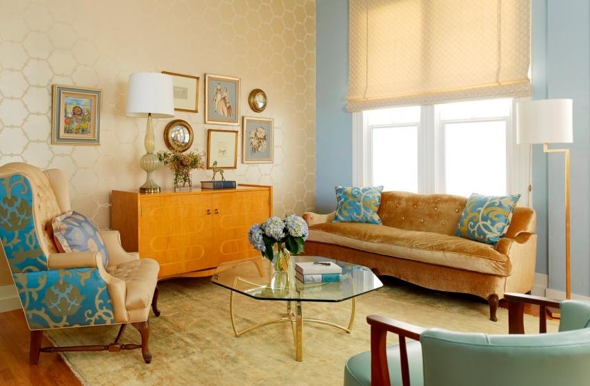 Пример правильного сочетания цветов обоев в оформлении гостиной с использованием полотен разных оттенков и фактур