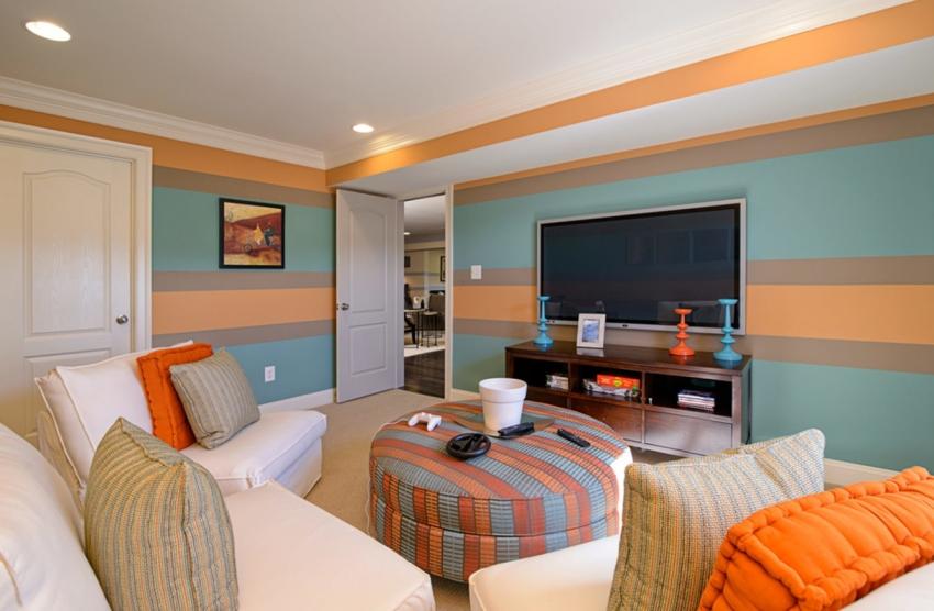 С помощью горизонтальной поклейки разноцветных обоев можно визуально увеличить размер зала, но этот прием можно использовать только для комнат с высокими потолками
