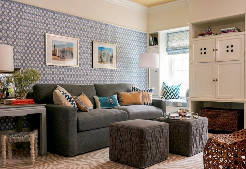 Пример комбинации обоев двух видов, позволяющая визуально удлинить потолок