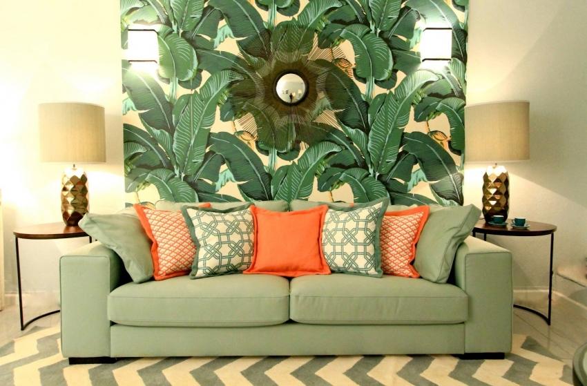 С помощью контрастных обоев можно выгодно подчеркнуть зону отдыха в гостиной комнате