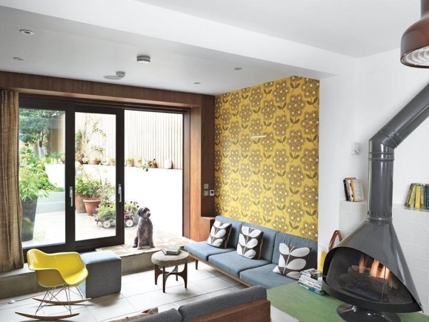 С помощью контрастных обоев можно правильно зонировать пространство гостиной комнаты