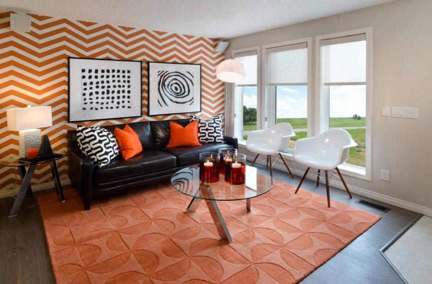 Использование контрастных обоев с геометрическим рисунком способно визуально удлинить или расширить акцентную стену