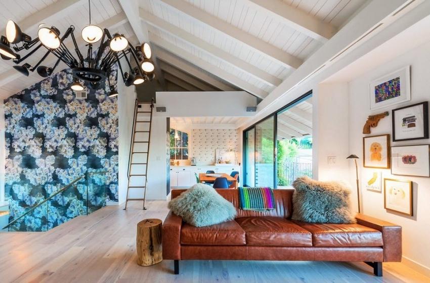 С помощью комбинации белых и цветных обоев можно подчеркнуть или скрыть особенности планировки гостиной