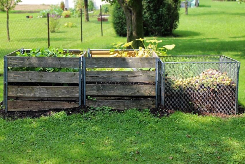 Компостную кучу можно разделить на отсеки для удобства вывоза компоста и закладки новых слоев