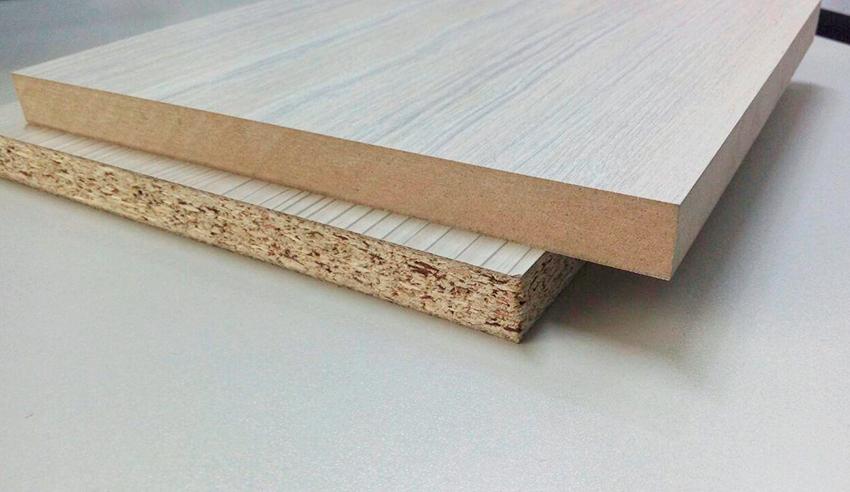 Кромку распиленной на нужные части плиты необходимо заламинировать специальной лентой