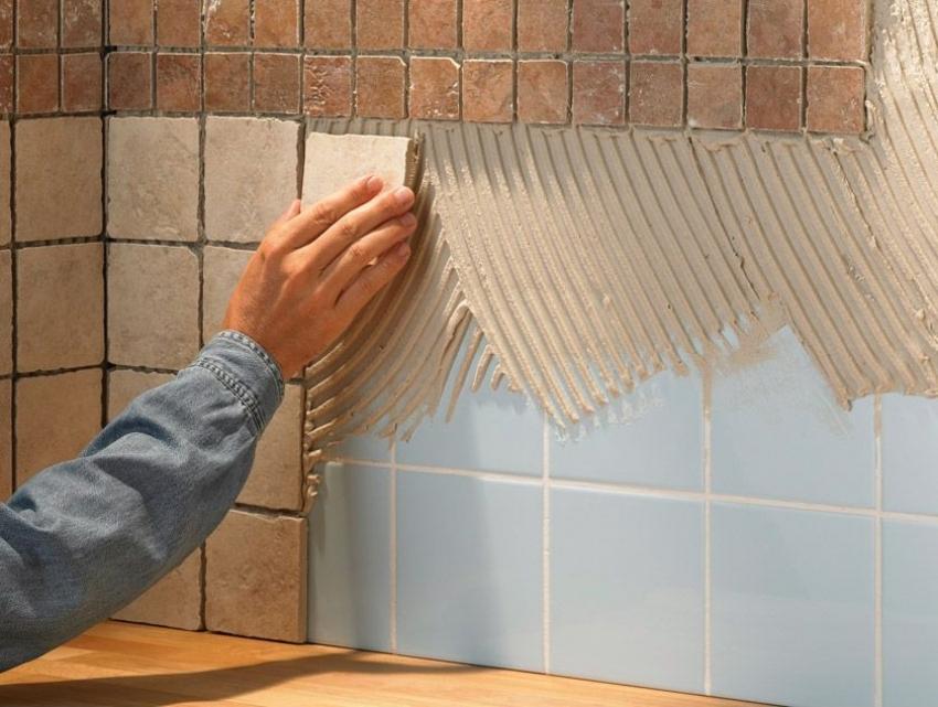 Стоит учесть, что новый слой плитки не должен быть слишком тяжелым, если нет уверенности в надежности крепления основания