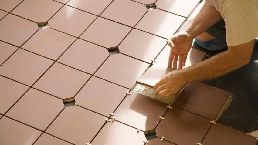 При укладке нового слоя плитки, следует обратить особое внимание на уровень пола