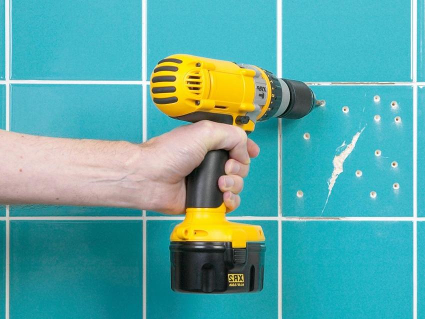 Испорченные элементы старого покрытия необходимо удалить или же сделать насечки для улучшения адгезии