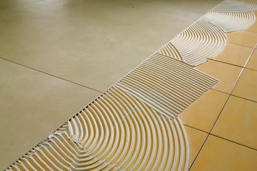 Использование качественного клеевого состава определяет длительность эксплуатационного срока нового слоя плитки