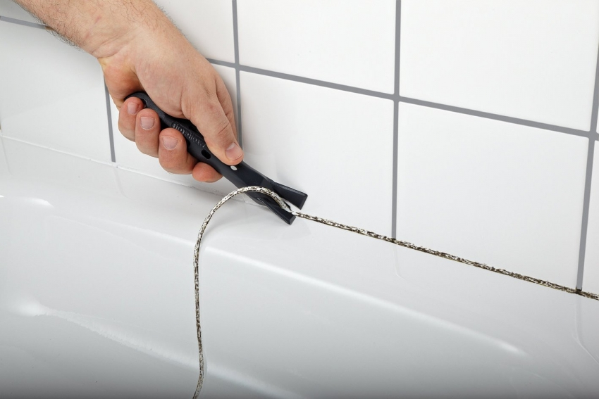 Удалить старую силиконовую затирку можно с помощью специального инструмента или обычного ножа