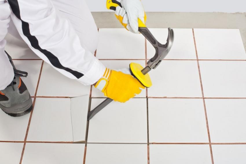 Перед укладкой нового слоя плитки стоит проверить крепление всех отдельных элементов основания, простукивая их резиновым молотком