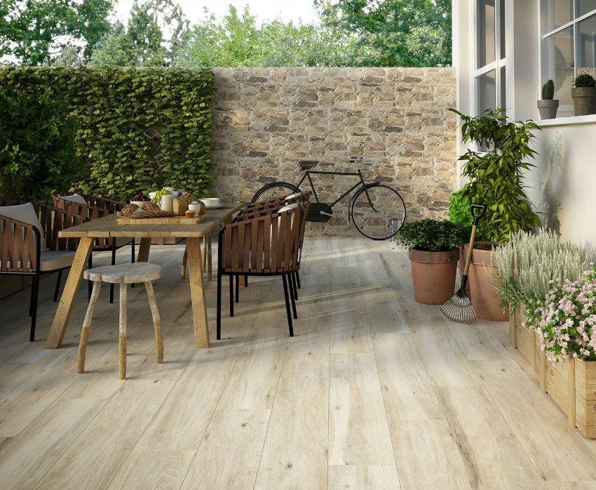 Благодаря повышенной износостойкости и прочности, плитку часто используют как покрытие на открытых террасах