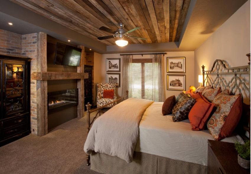 Навесной потолок из дерева выглядит довольно эффектно, в особенности в интерьере в стиле кантри или прованс