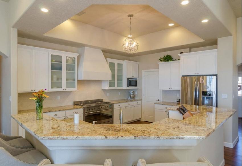 Для отделки навесных потолков на кухне лучше использовать качественный краситель, не впитывающий грязь и жир