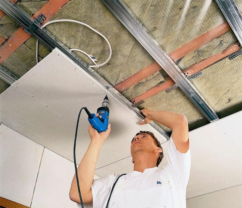 В случае монтажа подвесного потолка в частном доме можно дополнительно утеплить помещение с помощью утеплителя, спрятанного за покрытием