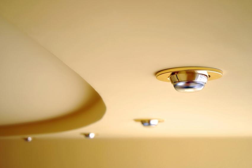 Одним из самых популярных способов отделки потолка - это использование навесных потолков с точечным освещением
