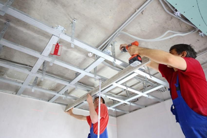 Для сооружения сложной конструкции навесного потолка лучше воспользоваться услугами специалистов