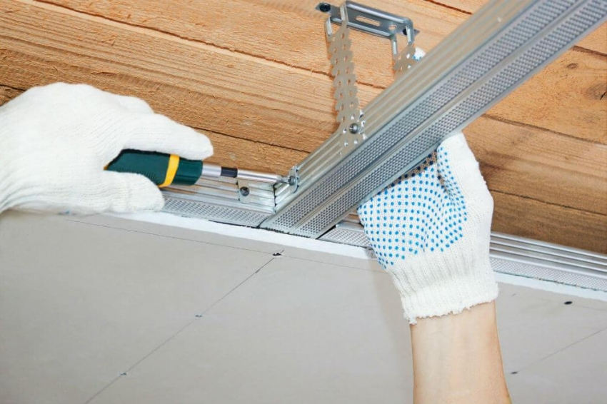 Монтировать навесной потолок можно как бонтонному покрытию, так и к деревянному