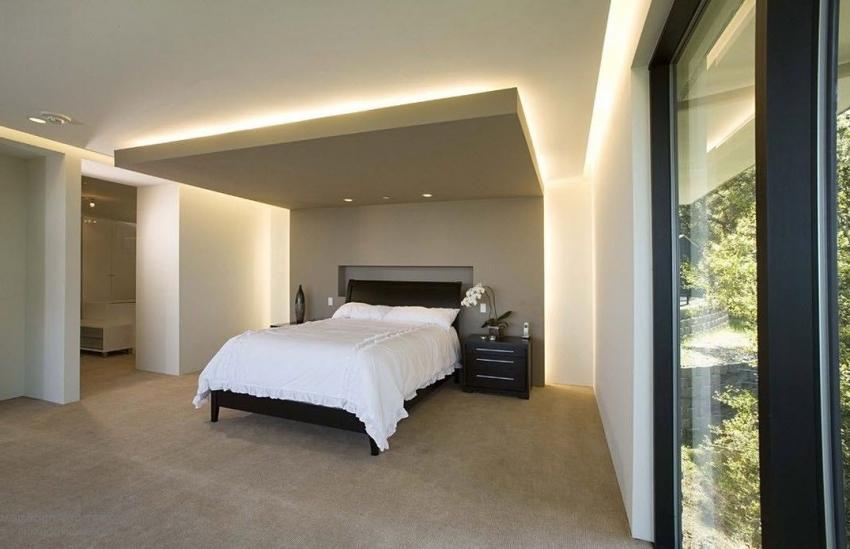 С помощью навесных потолков со светодиодной подсветкой можно эффектно выделить определенную зону в пространстве комнаты
