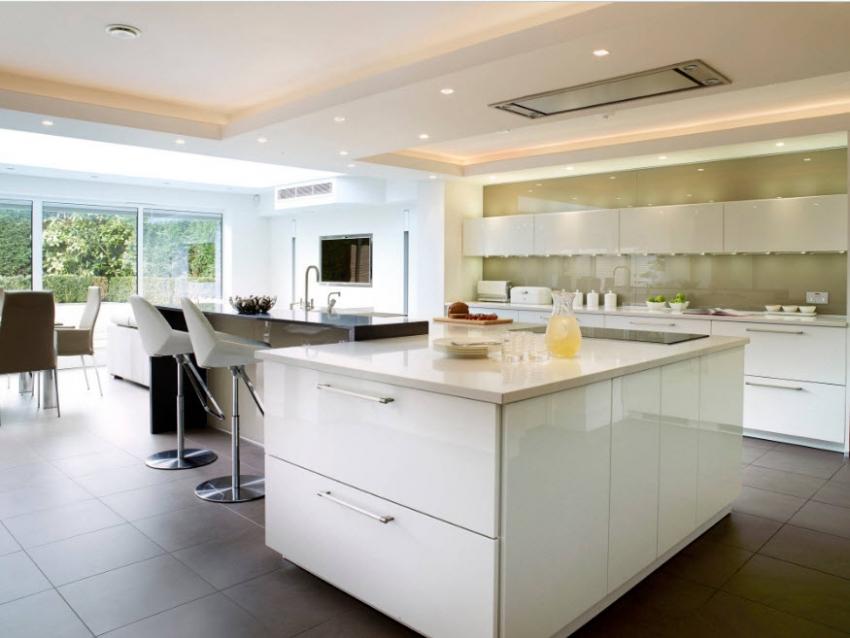 Навесной потолок можно удачно комбинировать с натяжным, удачно подчеркивая потолочное пространство