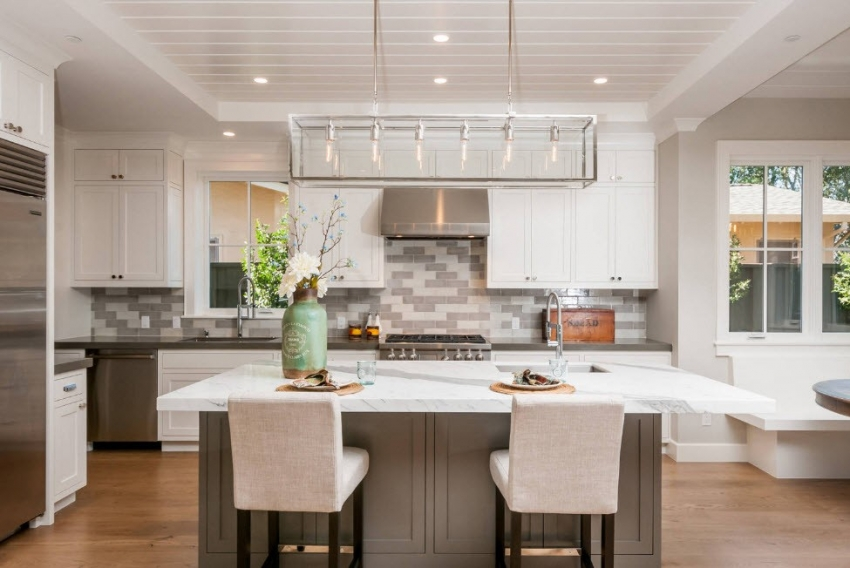 Реечный тип конструкции подходит для высоких потолков, поскольку значительно уменьшает пространство комнаты