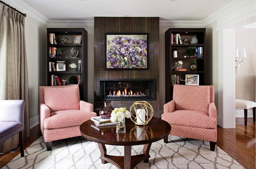 Обои нейтральных оттенков подчёркивают цветовую гамму мебели и элементов декора в интерьере гостиной