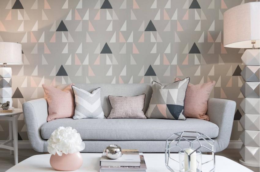 При оформлении гостиной в одной цветовой гамме, стоит разнообразить интерьер обоями с графическим, интересным рисунком