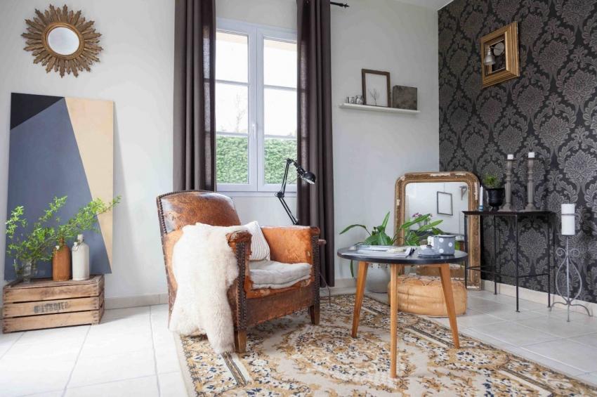 Черные обои с узорчатыми мотивами лучше комбинировать с отделкой стен в белом цвете