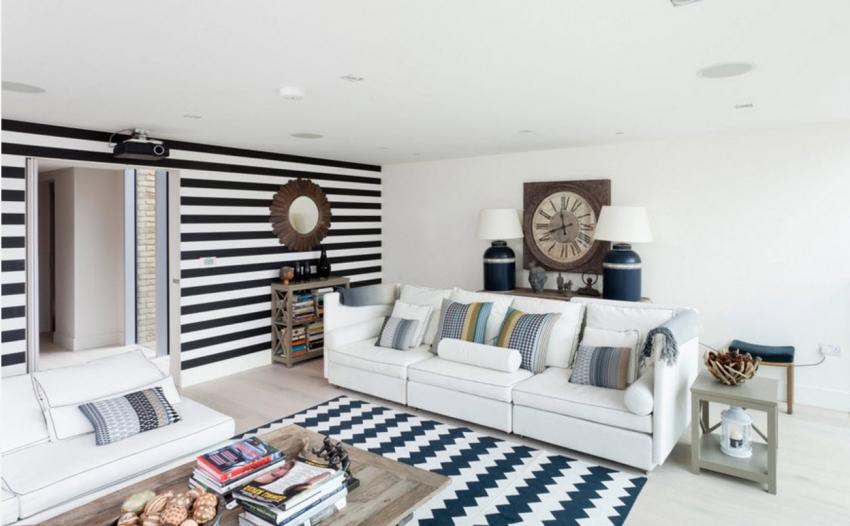 Обои в полоску способны сделать потолок как выше, так и ниже, поэтому стоит обращать внимание на размеры помещения прежде, чем остановить выбор на такой отделке