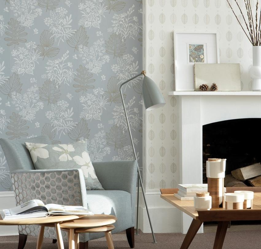 Пример красивого сочетания обоев с флористическими мотивами в отделке гостиной