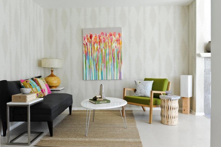 При выборе обоев нейтральных оттенков, интерьер следует разнообразить цветными деталями и мебелью