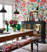 Яркий цветочный декор одной из стен на кухне