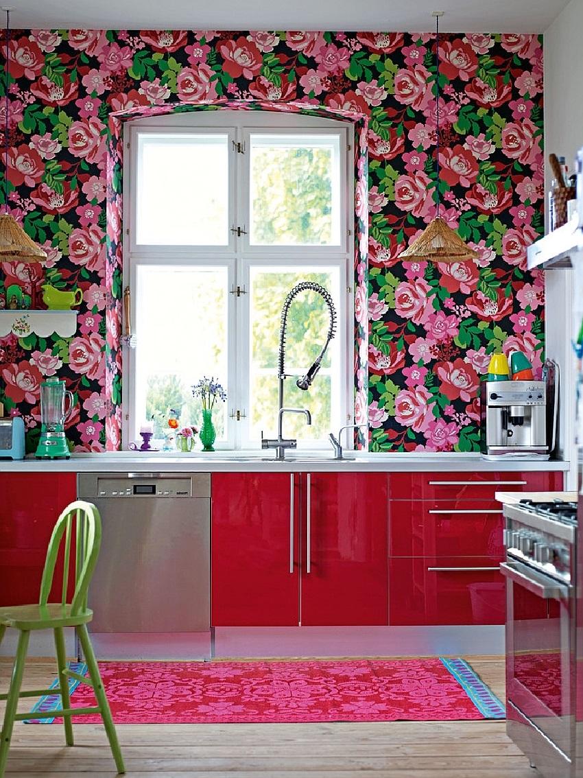 Яркий принт обоев на стенах современной кухни