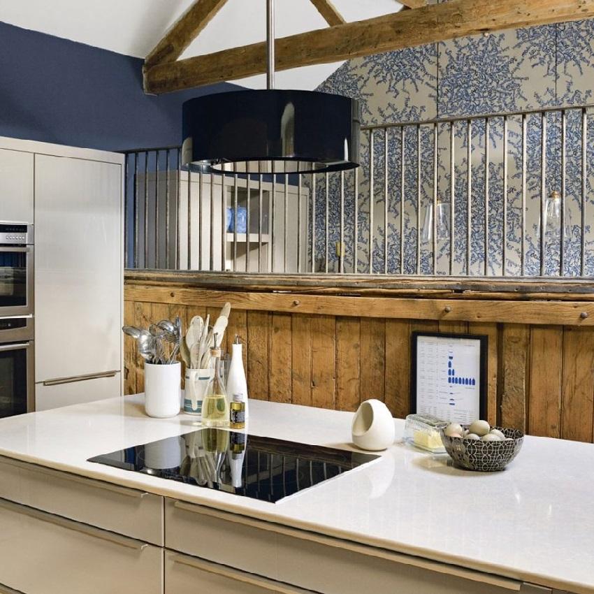 Одна из стен кухни окрашена в цвет принта на обоях