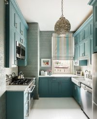 Расцветка обоев перекликается с оттенком кухонной мебели